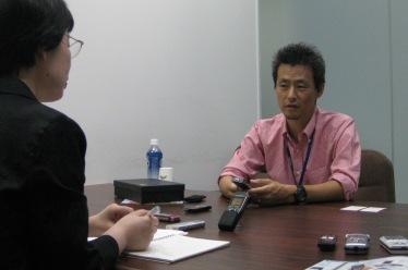 喜田さんと廿のお話し中の画像。真ん中でスタンドを立てているのが録音中のVoiceTrek DS-750。